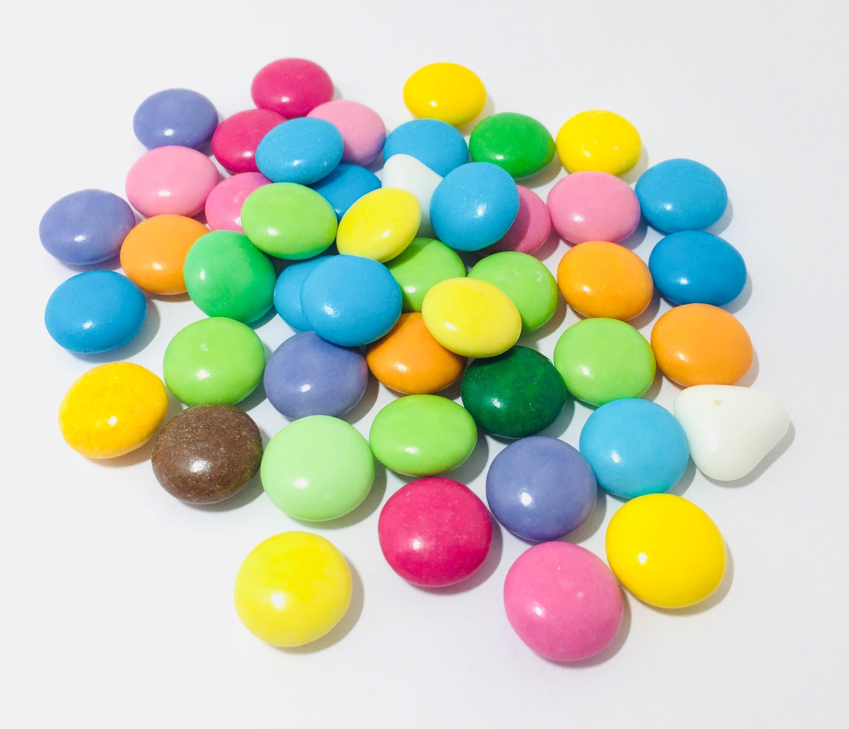 Lenti di cioccolato fondente colorate