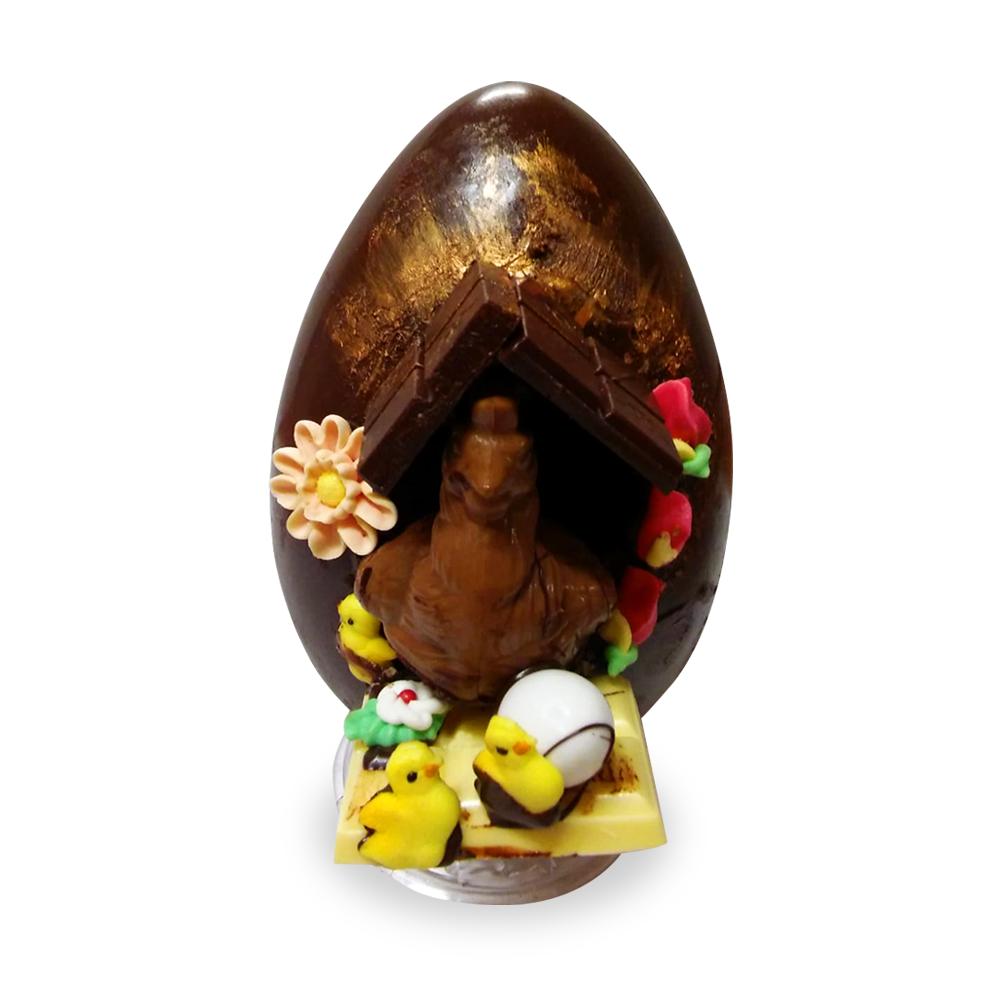 Uovo di cioccolato decorato con gallina e pulcini in 3D
