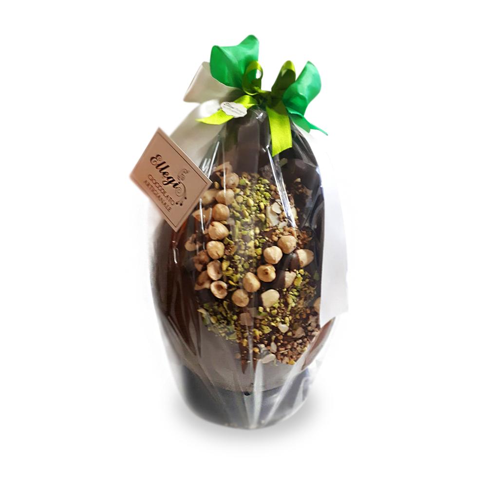 Uovo di cioccolato artigianale con frutta secca o candita, praline