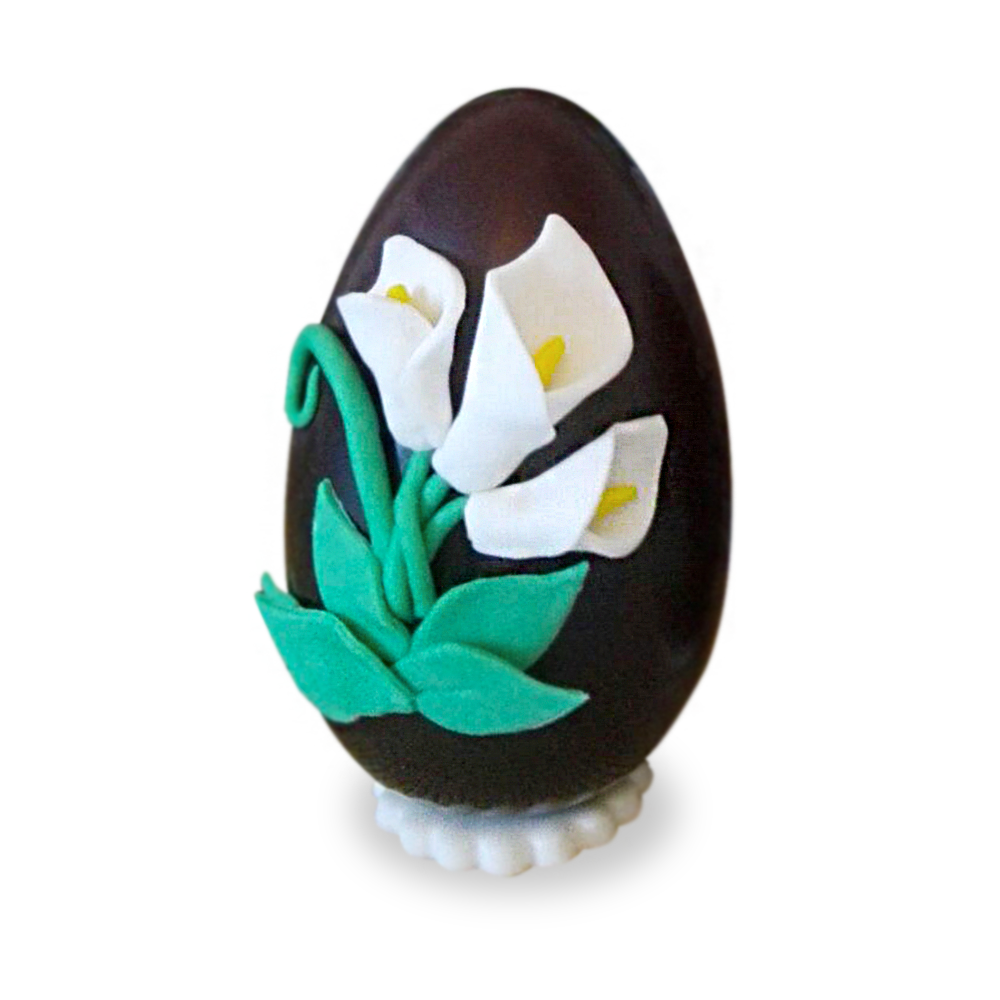 Uovo di Pasqua artigianale con fiori in pasta di zucchero