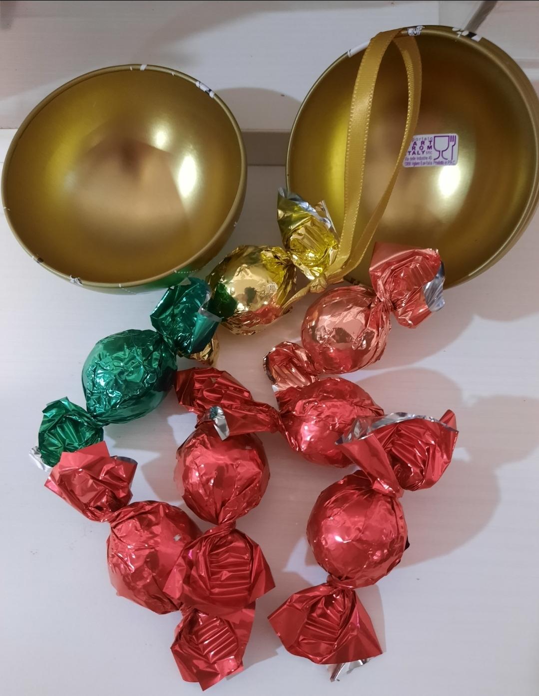 Sfera natalizia con cioccolatini